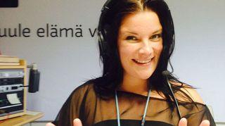Hanna Pakarinen Radio Suomen studiossa