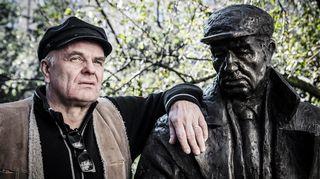 """Arvo Kustaa """"Arska"""" Parkkila (1905-1978) oli helsinkiläinen asunnoton alkoholisti, joka raitistuttuaan omistautui kohtalotovereidensa auttamiselle. Veistoksen on tehnyt latvialainen taiteilija Oskars Mikan"""