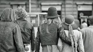 70-luvun nuorisoa ajan muotivaatteissa