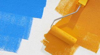 Maalaustelalla maalattu sinistä ja keltaista