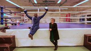 Nainen ja mies nyrkkeilysalilla.