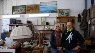 Nette ja Juha Talsi pitävät Tammisaaressa vanhan tavaran kauppaa.