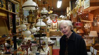 Nainen asiakkaana antiikkiliikkeessä Tammisaaressa.