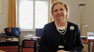 Suomen Itävallan suurlähettiläs Anu Laamanen virkahuoneessaan