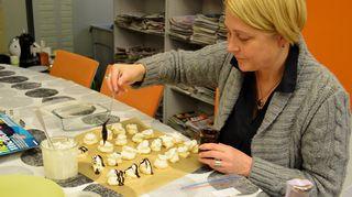 Isoäidin reseptillä -blogisti Minna Stoilov viimeistelee munanvaahtoleivoksia Kaikki kotona -tiimin makusteltavaksi