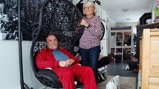 Päivi Strandén ja Jorma Soini  konttiasunnon olohuoneessa