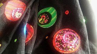 Värikkäät kangastilkut piristivät mustan hameen helman