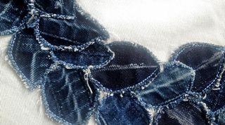 Farkku on Tuunaajamutsin lempimateriaali, koska sen pinta on valmiiksi elävä. Kun farkkujen lahkeensuun taitokset avaa ja leikkaa lehdiksi, on sauman muodostama kuvio kuin aito lehtiruoti
