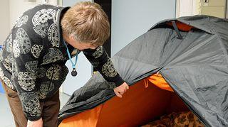 Historioitsija Teemu Keskisarja kurkistaa telttaan