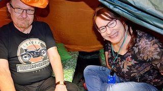 Jope Ruonansuu ja Paula Jokimies testaavat, kuinka telttaan asettautuvat