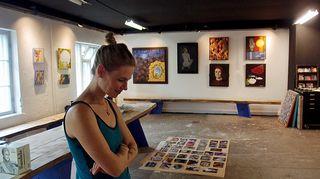 Laura Hynninen kunnostetussa ateljeessa