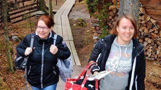 Kaikki kotona -tiimin Paula ja Sanna saapuvat hyvissä ajoin ennen lähetyksen alkua Nuuksioon