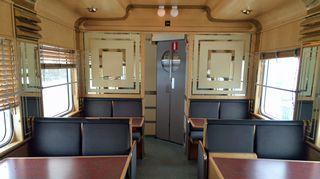 Narvikiin matkaavassa junassa on menneiden aikojen tunnelmaa.
