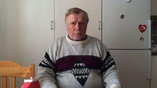 Entinen mainari Tuomo Peteri istuu keittiössään Kiirunassa. Tuomo on ollut vuosia jo sairauseläkkeellä ja viettää paljon aikaa myös mökillään Kebnekaisen suunnalla.