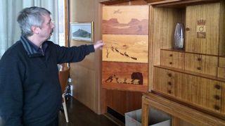 Kiirunan kunnan kulttuurisihteeri Lennart Lantto esittelee puusta valmistettua kaappia, joka kertoo paikkakunnan tarinaa.