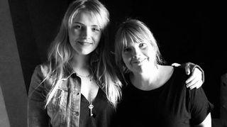 Yona ja Susanna Vainiola mustavalkokuvassa.