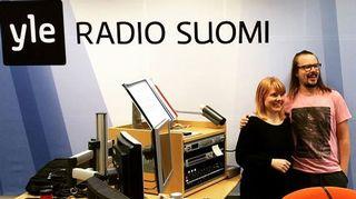 Susanna Vainiola ja Jukka Poika poseeraavat Radio Suomen studiossa.