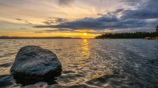 Auringonlasku ennen myrskyä Loviisan edustan saaristossa