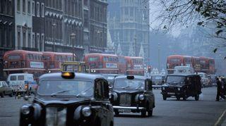 Katuliikennettä: takseja ja kaksikerroksisia busseja kadulla Lontoossa 1.12.1981.