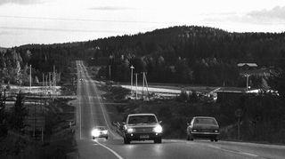 Henkilöautoja liikenteessä maantiellä maaseudulla 1.1.1970.