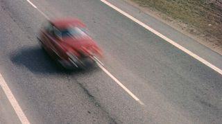 Henkilöauto ajaa moottoritiellä 1.1.1960.