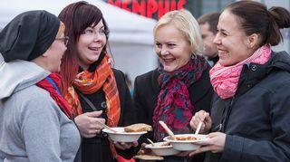 Saa syödä! -tempauksessa jaetaan tuhansia annoksia ylijäämäruuasta valmistettua kasvisruokaa.