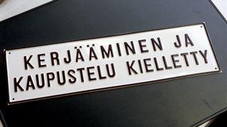 Kuvassa kyltti, jossa lukee, että kerjääminen ja kaupustelu kielletty.