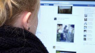 Nainen katsoo Facebook-sivuja.