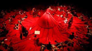Soittaja punaisessa mekossa.