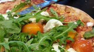 Tomaatti-mozzarella-rucola pizza.