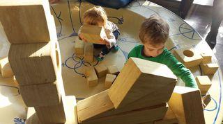 Lapset leikkivät jättipalikoilla.