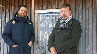 Panu Hietaneva ja Perttu Häkkinen Kalervo Palsan Getsemane-ateljeen edustalla.