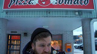 Panu pizzerian edessä Kittilässä.