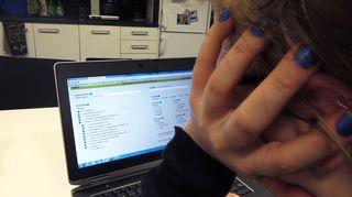 Nainen katsoo työpaikkoja tietokoneelta.