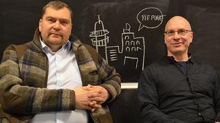 Kuvassa moottoripyöriä customoiva ja entisöivä Ville Hänninen ja Suomen Metsästäjäliiton toiminnanjohtaja Panu Hiidenmies.