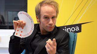 Kuvassa magikoomikko Risto Leppänen.