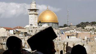 Ihmisiä moskeijan edessä Jerusalemissa.