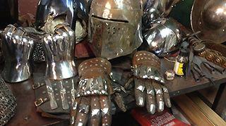 Keskiaikaisen sotilaan suojavarustuksena oli haarniska.