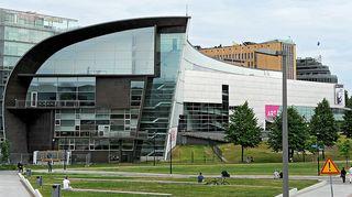 Kuvassa nykytaiteen museo Kiasma ulkoapäin.