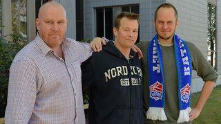 Kuvassa Tommy Lindgren ja Petteri Sihvonen sekä koripallovalmentaja Pieti Poikola.