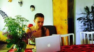 Kuvassa nainen työskentelee hofficella.