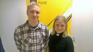 Kuvassa räppäri-runoilija Asa ja seurakuntapastori Heidi Tikka Malmin seurakunnasta.