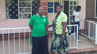 Kuvassa: Kassim Husseinja Irene Kangume Suomen pakolaisavun resurssikeskuksesta Kampalassa