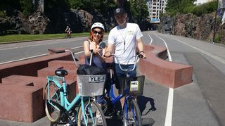 Kuvassa Helsinki Bike Toursin perustaja Riku Nurminen ja Tiina Lundberg