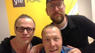 Kuvassa DJ Matti Airaksinen ja mm. vaatesuunnittelijana tunnettu Teuvo Loman ja Mikko Peltola