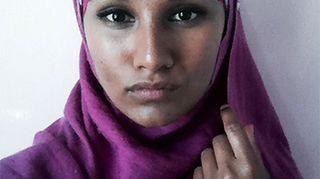 Kuvassa toimittaja Susani Mahadura kokeilee erilaisia hijab-tyylejä.