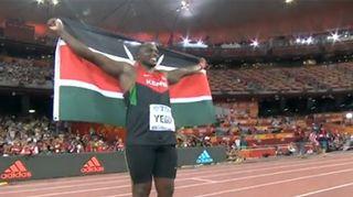 Julius Yego lipun kanssa.