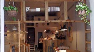 Kuvassa La Marmota -kahvila ulkoapäin kuvattuna.