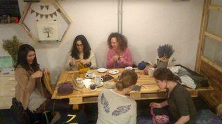 Kuvassa La Marmota -kahvilan tilassa järjestetyn käsityökerhon kokoontuminen.