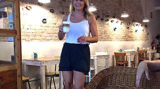 Kuvassa Maria Kauppila työntouhussa La Marmota -kahvilassaan Barcelonassa.